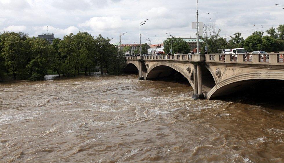 Povodně v Praze v úterý 4. června. Hlávkův most.