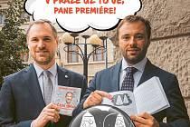 Primátor Zdeněk Hřib (Piráti) a radní Jan Chabr (Spojené síly pro Prahu/TOP 09) představují v narážce na premiéra Andreje Babiše (ANO) projekt chytrých lamp v Praze.