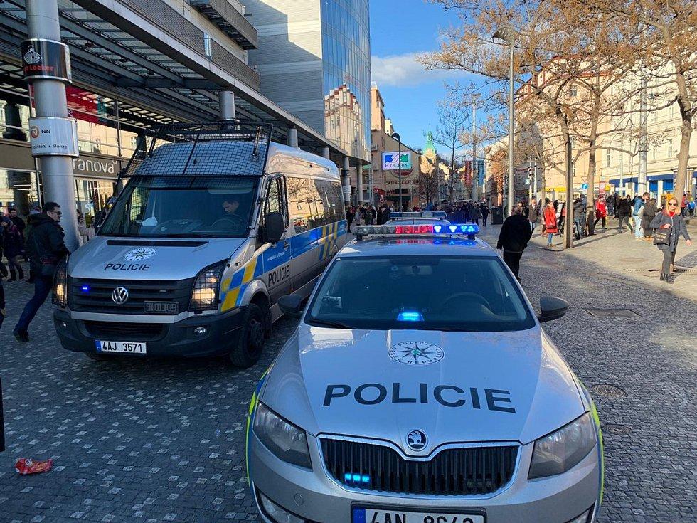 Ve stanici metra Anděl byla nahlášena bomba.