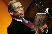 Spisovatel, dramatik a bývalý prezident Václav Havel převzal na slavnostním večeru v pražském kostele sv. Anny Cenu Jaroslava Seiferta, prestižní literární ocenění.