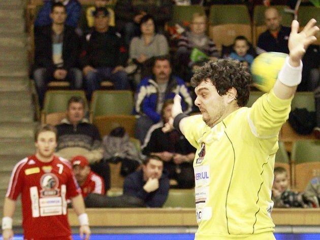 Házenkář Tomáš Petržala se vrací po zranění do branky pražské Dukly.