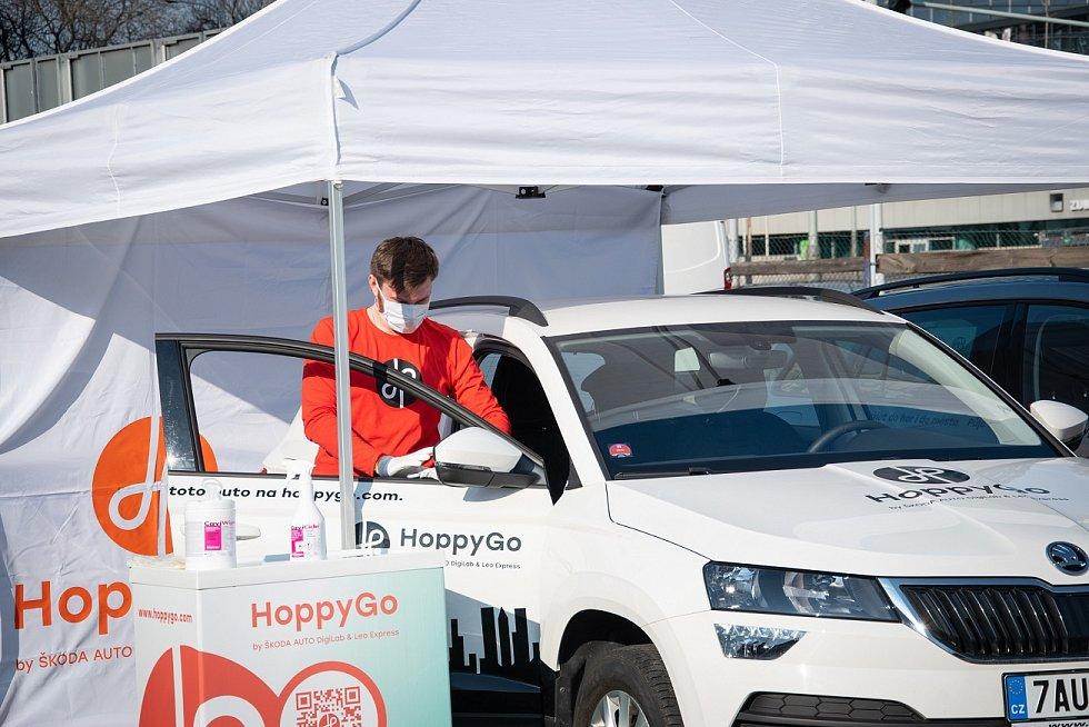HoppyGo a iniciativa #SKODAAUTOpomaha zajistí s organizací ADRA distribuci lékařských pomůcek, léků a potravin.