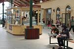 Na Masarykově nádraží otevřeli kavárny, objevily se stánky s občerstvením, další i s restaurací a lékárnou ještě přibudou.