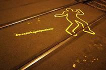Lidské siluety na tramvajových kolejích v Praze varují chodce před neuváženým vstupem do trati.