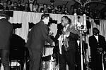 Louis Armstrong v Praze. Na koncert krále jazzu se přišly podívat tehdejší hvězdy populární hudby jako Vlasta Průchová a Karel Gott. Armstrong se při pobytu v Praze také podíval do divadla Semafor a prý vyzkoušel i slavné vepřo, knedlo, zelo.