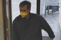 Policie hledá muže podezřelého z loupežného přepadení banky na Smíchově.