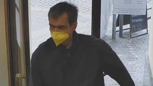 Policisté pátrají po neznámém pachateli, který přepadl banku na pražském Smíchově.