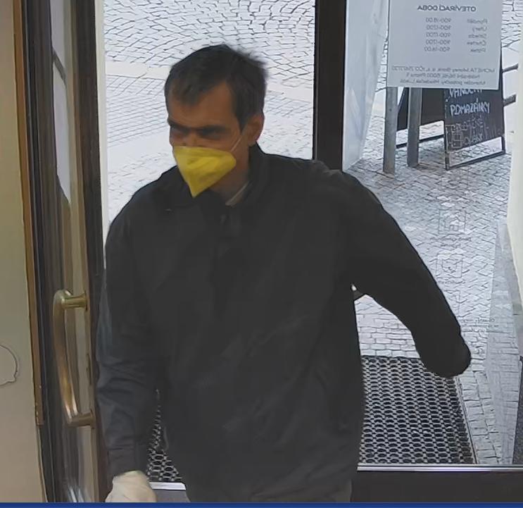 Policie hledá muže podezřelého z loupežného přepadení banky na Smíchově,