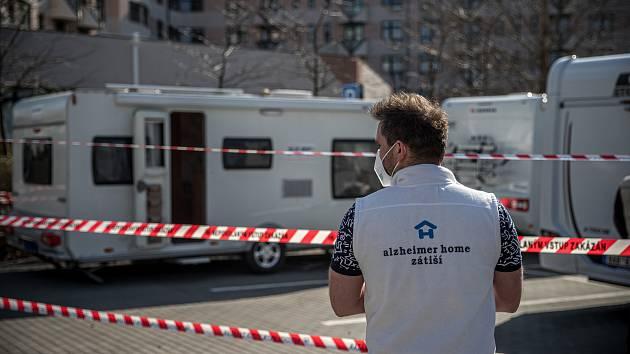 Alzheimer Home začal pro své zaměstnance budovat 29. března v Praze karavanové vesničky, aby co nejvíce zamezil šíření koronaviru.