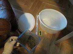 Věci zajištěné při domovní prohlídce u dvojice velkoobchodníků s marihuanou z pražských Dejvic.