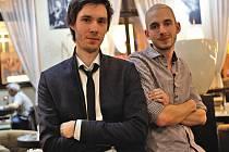 Mladí Pražané Jan Vranovský (vlevo) a Dan Friedlaender se společně věnují designu. Říkají si FRVR. A letošnímu Dyzajn marketu pomohli změnit jeho vizuální tvář.