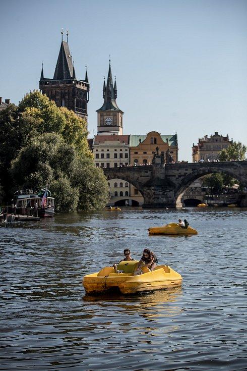 Lodě na Vltave 29. sprna v Praze.