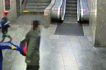 Nezletilý chlapec srazil v metru Palmovka kopem do zad seniora.