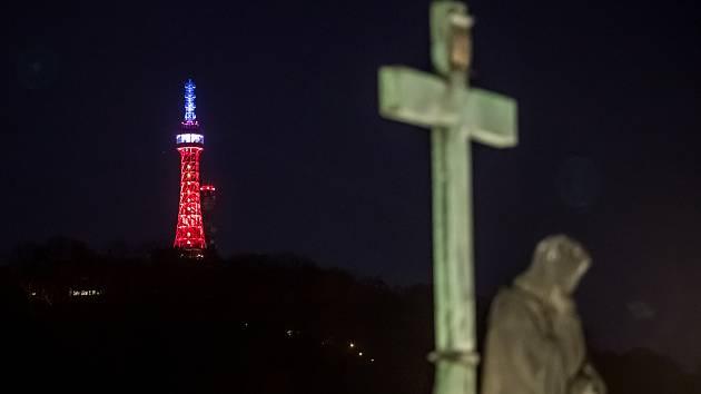 Petřínská rozhledna byla 16. dubna 2019 nasvícena v barvách francouzské trikolóry.