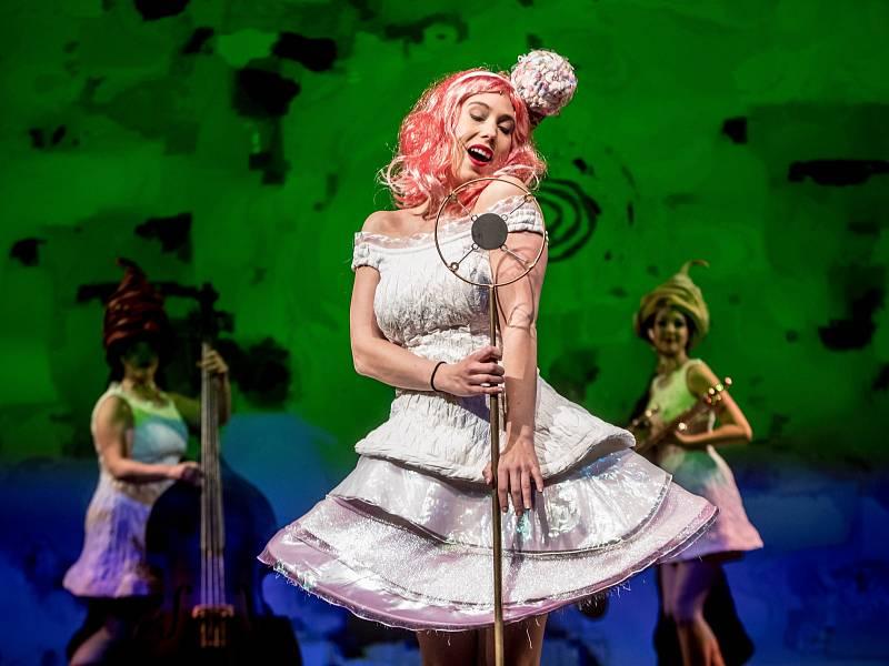 Tisková konference a ukázka muzikálu Sugar (Někdo to rád horké) proběhla 19. dubna v pražském Divadle Na Fidlovačce. Na snímku Aneta Krejčíková.