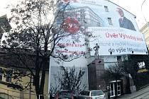 I přes tlak reklamní lobby zůstala pasáž o regulaci velkoplošné reklamy součástí aktualizované verze pražských stavebních předpisů.