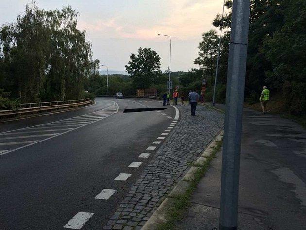 Propad vozovky na ulici Vysočanská.