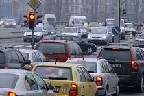 JAK TO BUDE V ÚTERÝ? Pokud Pražané použijí místo MHD svá auta, čeká metropoli dopravní kolaps o pár hodin dříve, než to mají naplánované odboráři./Ilustrační foto