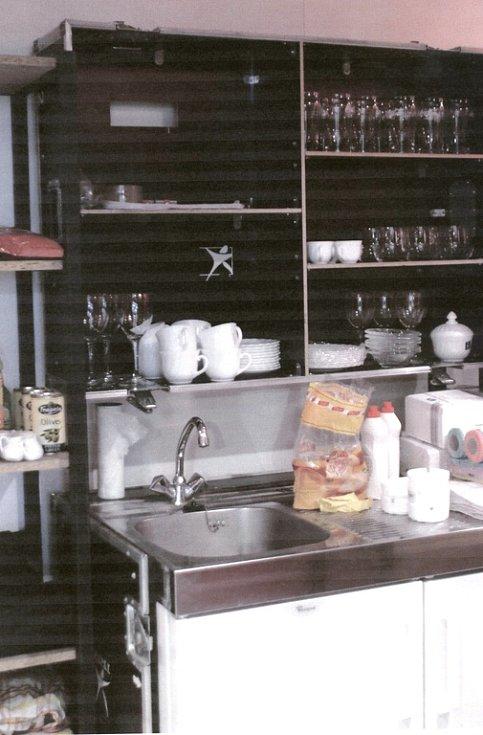 Hostesky na vařič pokládaly ubrousky.