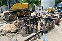 Pracovníci Pražských vodovodů a kanalizací zkoumali (na snímku z 28. května 2015) slepé rameno vodovodní sítě, které zřejmě zavinilo kontaminaci vody v pražských Dejvicích a Bubenči.