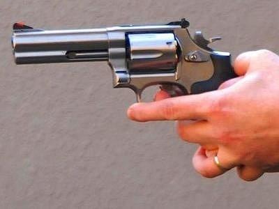 STŘELEC ZATÍM UNIKÁ. Od začátku roku je to v Praze už třetí případ použití střelné zbraně.