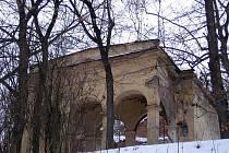 Bývalá restaurace U jezírek na Petříně je dnes pouhou ruinou, původně to musela být docela půvadná stavba.