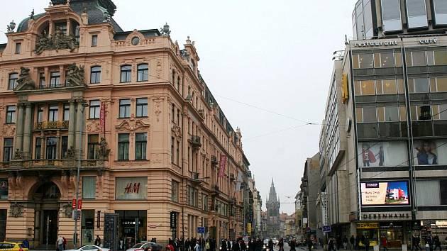 Menší stavba musela v letech 1971 75 ustoupit obchodnímu domu Družba.