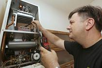 Revize plynového kotle. Ilustrační foto.