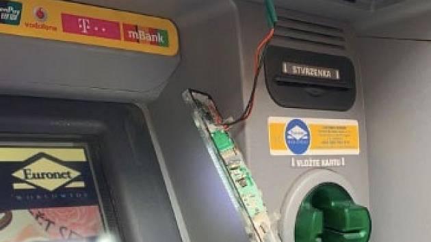 Policisté zadrželi dvojici mužů krátce po instalaci skimmovacího zařízení do bankomatu na Žižkově.