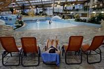 Největší aquapark ve střední Evropě Aquapark Čestlice možná v brzké době změní majitele. Odborníci případný prodej areálu zdůvodňují jeho vysokými cenami a malým zájmem Pražanů.