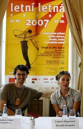 Ondřej Cihlář z občanského sdružení Gaspard a Linnea Haponnen z Divadla Krepsko přestavují festival Letní Letná 2007.
