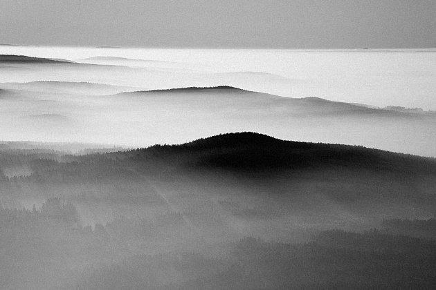 STŘEDNÍ POVLTAVÍ. Krajina, ke které má Jirka Jiroušek blízko. Právě pod mezi těmito zalesněnými kopci bydlí.