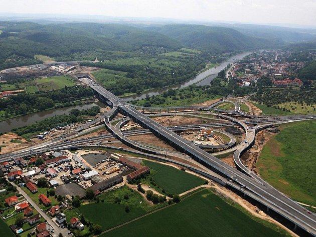 Nový úsek obchvatu kolem hlavního města propojí brněnskou dálnici D1 a plzeňskou D5. Jižní spojka si uleví.