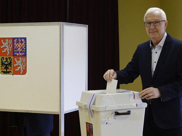 Jiří Drahoš volil v pražských Lysolajích.