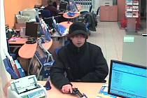 POLICII ZATÍM UNIKÁ. Muž, zachycený bezpečnostní kamerou, má na svědomí nejméně šest ozbrojených přepadení peněžních ústavů.