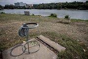 Koupaliště Džbán v pražských Dejvicích 18. července. Okolí nádrže je velmi zarostlé a plné odpadků.