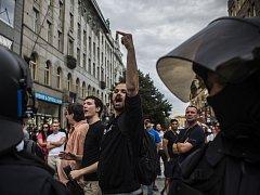 Demonstrace proti a pro přijetí uprchlíků se konaly v sobotu 18. července 2015 na Můstku v Praze.