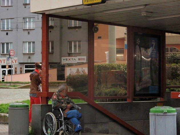 Vchod do stanice metra Palmovka někdy slouží například invalidům jako místo, kde každodenně prosí cestující veřejnost o finanční milodary.