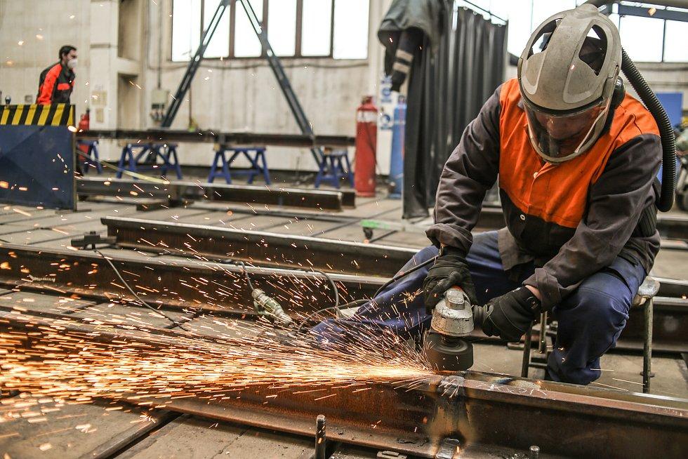 Broušení svarů kolejnic, Ladislav Krojer dokončuje práce po provedeném svařování kolejnic.