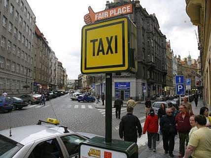 Na nápisech pražských stanovišť Taxi fair place naštěstí gramatická chyba není. Na letácích však ano.