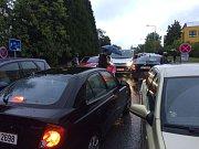 Ranní dopravní situace v okolí ZŠ Barrandov.