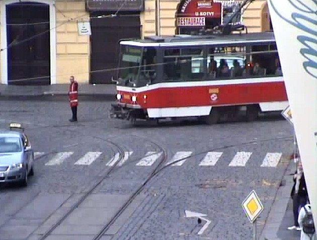 Poněkud dezorientovaného muže, který na křižovatce ulic Lazarská a Spálená v centru metropole předstíral řízení dopravy, vykazovali dopoledne ve středu z vozovky pražští strážníci.