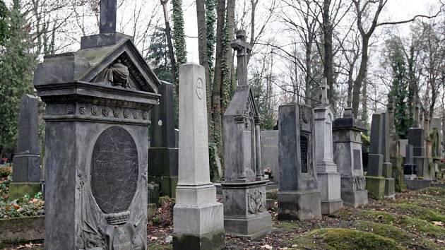 Olšanské hřbitovy, hrob armádních důstojníků z karlínského hřbitova.