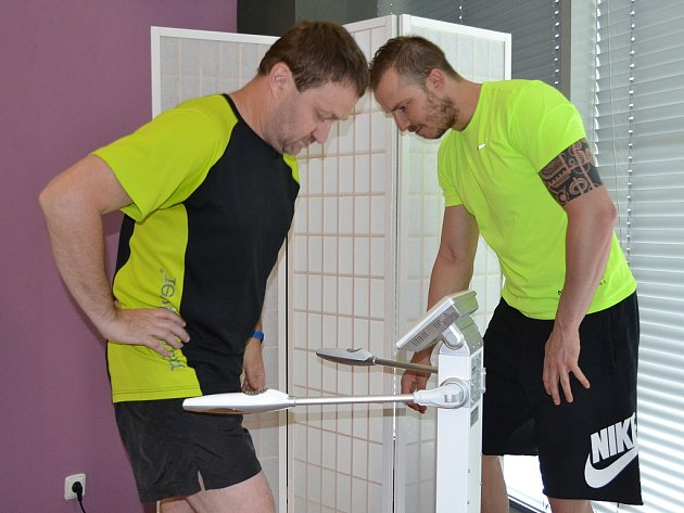 Středočeský krajský šéfredaktor Deníku Jiří Macek (vlevo) a manažer fitness centra v Aquapalace Praha v Čestlicích Lukáš Kverka u přístroje InBody 370.