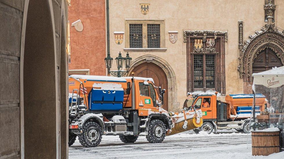 Sněhová kalamita způsobila 8. února 2021 komplikace ve veřejné dopravě. Praha zapojila do úklidu ulic veškerou dostupnou techniku.