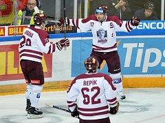 Petr Vrána, Michal Řepík a Jaroslav Hlinka ze Sparty se radují z prvního gólu.