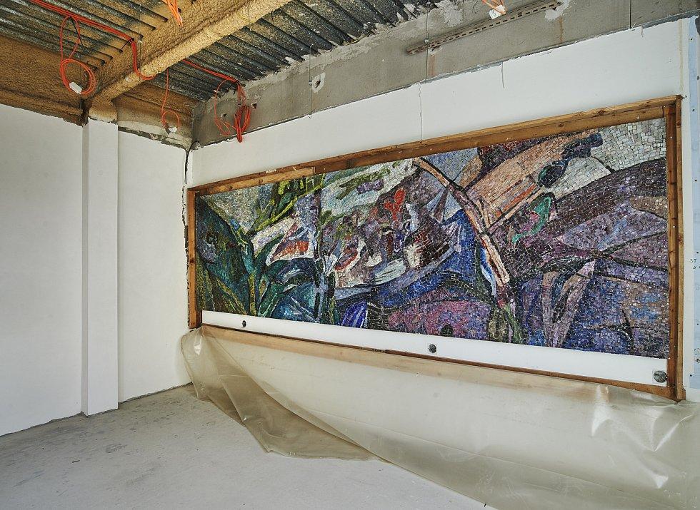 Při stavebních pracích byla v Praze-Malešicích odhalena skleněná mozaika Růst – Příroda stará čtyřicet let.