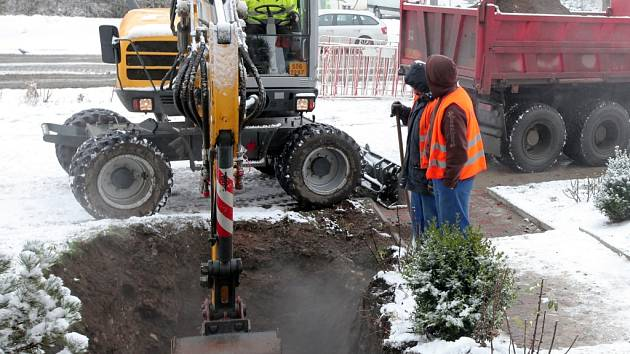 Havárie horkovodu u křížení ulic Ruská a Litevská v Praze v pondělí 27. ledna 2014.