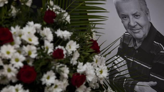 Lidé se přišli 2. ledna do strašnického krematoria v Praze rozloučit s Přemkem Podlahou.