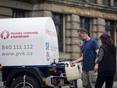Oprava vodovodního potrubí na rohu Evropské a Gymnazijní ulice v Praze 6. Kvůli havárii na potrubí 13. srpna od rána neteče voda ve 31.000 domáctnostech.